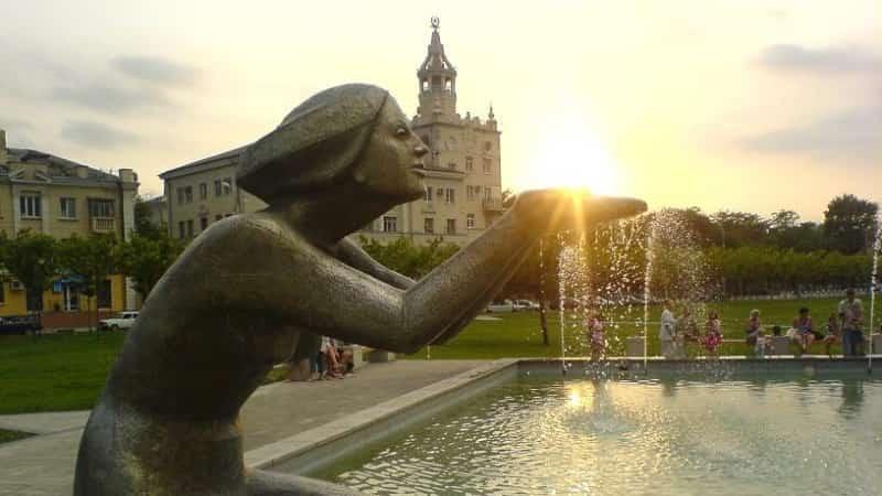Памятник-фонтан «дарующая воду»