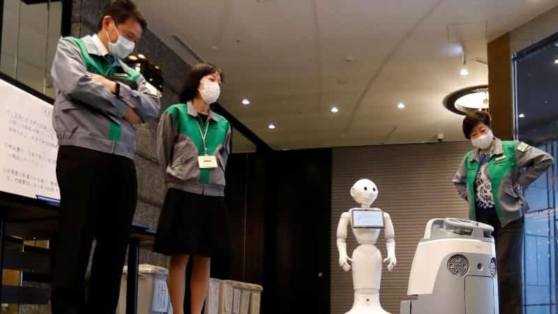 Из-за вируса COVID-19 постояльцев гостиниц встречают роботы