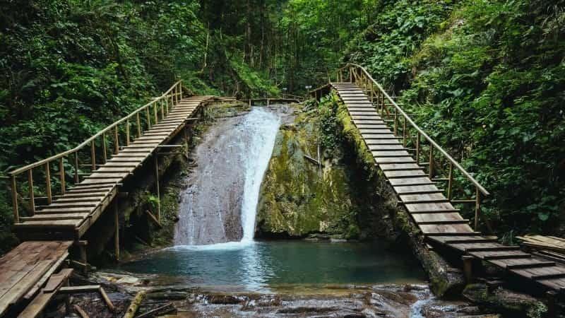 Долина реки Шахе 33 водопада
